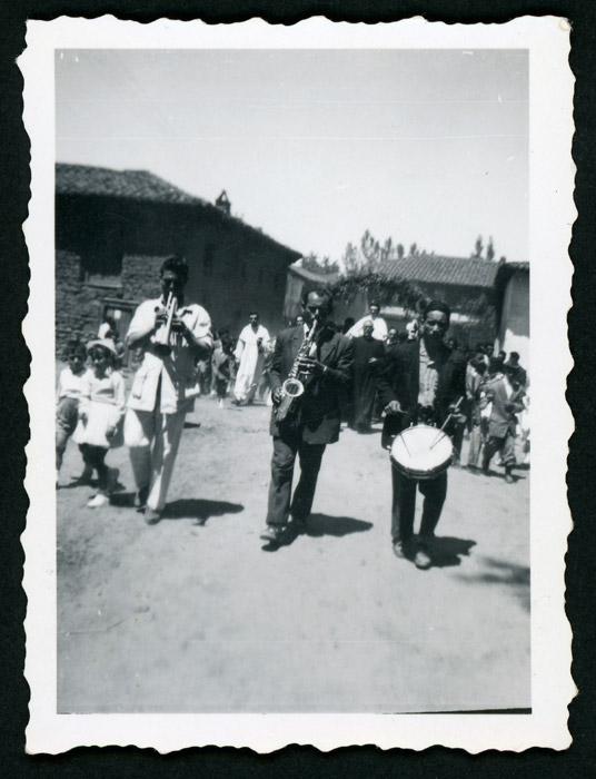 Músicos encabezando una procesión en un cante de misa en Barrillos de Curueño
