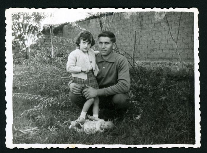 Eduardo González y su sobrina Mari Carmen en la huerta familiar de Barrillos de Curueño.