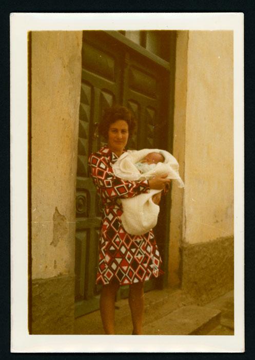 Ana Mari González con su primer hijo Jose en la puerta de su casa en Cerezales del Condado