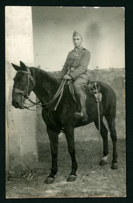 Raúl González de militar montado a caballo