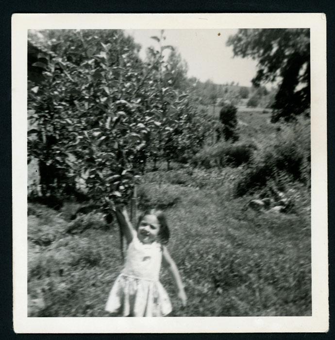 Maite González en la huerta familiar en Cerezales del Condado