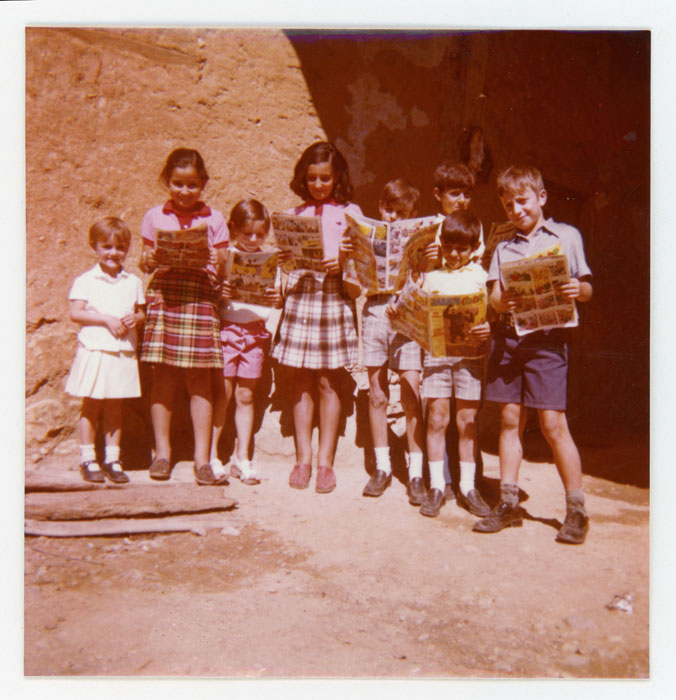 Grupo de niños con tebeos en Cerezales del Condado