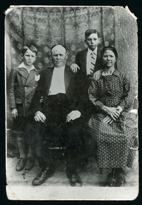 Retrato de Maximiano González y Asunción Robles con sus hijos Epigmenio y Eremio