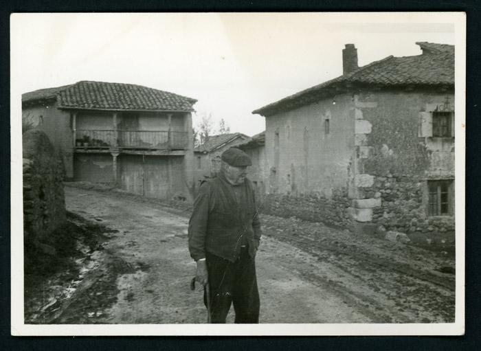 Retrato de Maximiano González paseando por la calle Mayor de Castro del Condado