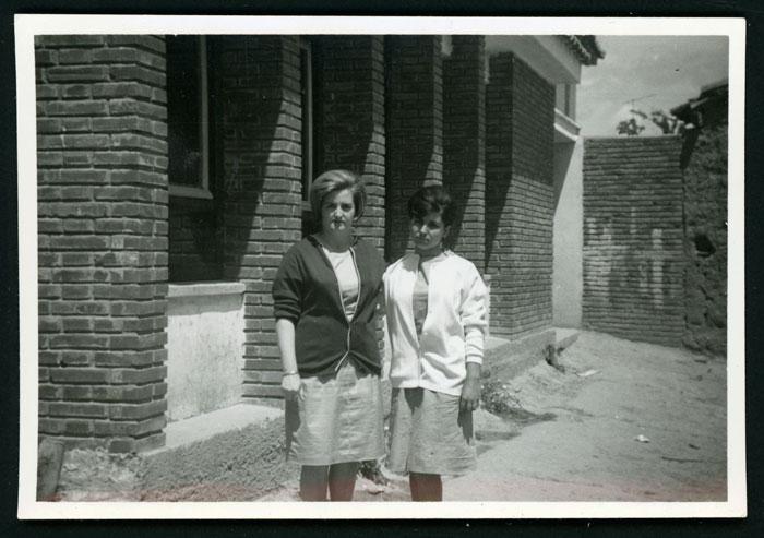 La maestra doña Eduviges y Hermelinda Llamazares delante de la escuela nueva de Castro del Condado