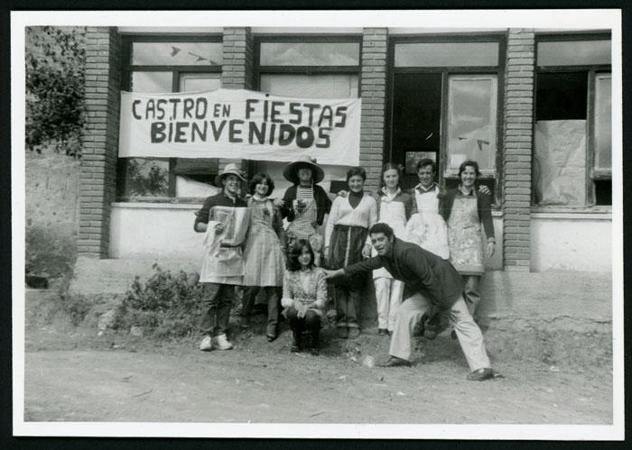 Vecinos disfrazados con delantales el día de la fiesta delante de la escuela de Castro del Condado