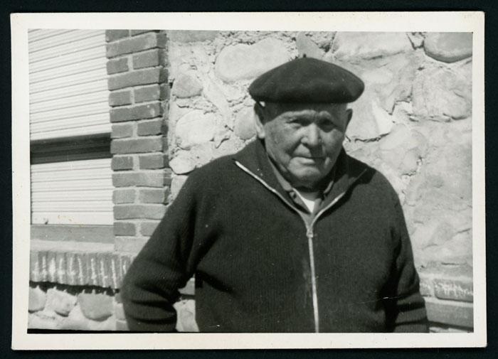 Maximiano González delante de la casa familiar de Castro del Condado