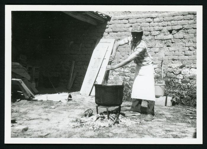 Lucio Carcedo preparando las alubias el día de la fiesta de San Miguel de Castro del Condado