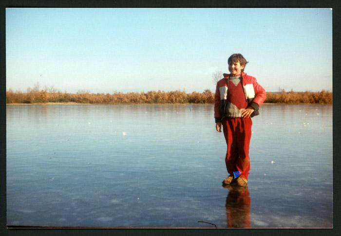 Fernando de la Puente sobre la superficie helada de la laguna de Castro del Condado