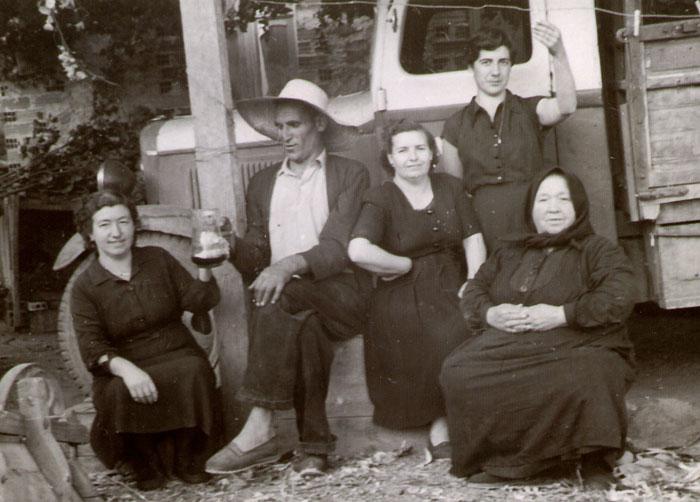 La tía Melania y familia sentados a la puerta de la casa en Lugán