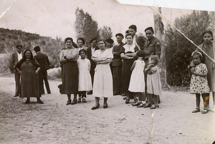 La tía Melanía junto a familiares y vecinos en día de la fiesta en Lugán