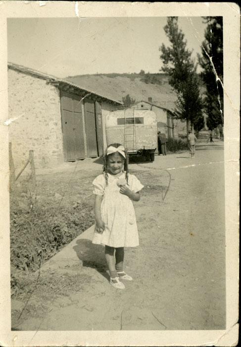 Pilar Sandoval a la puerta de las cocheras de Francisquito en Lugán