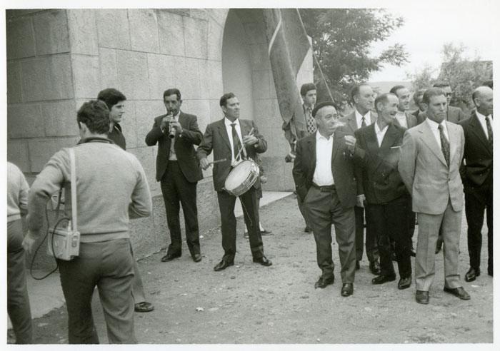 Melino el tamborilero y Darío el dulzainero tocando delante de la iglesia