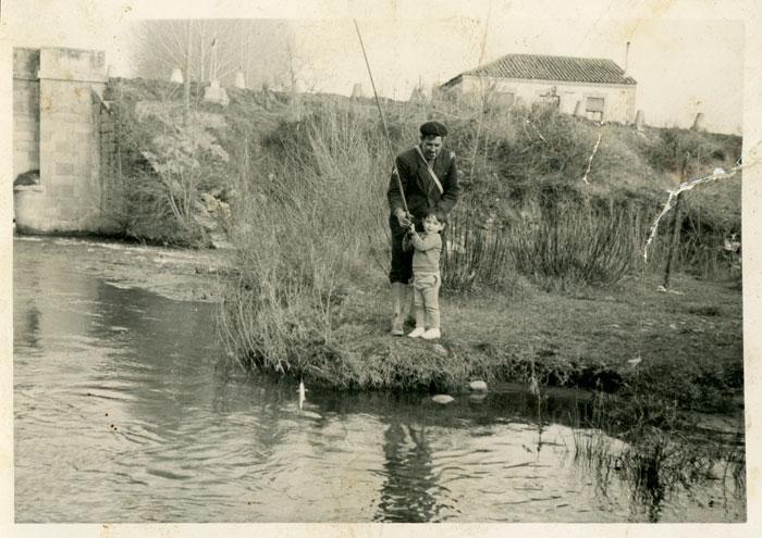 El marido y el hijo de Pilar Sandoval pescando en el soto de Ambasaguas de Curueño