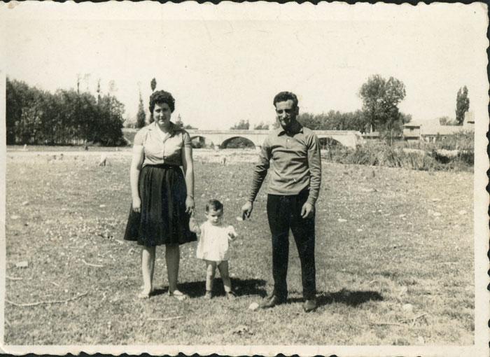 Pilar Sandoval junto a su marido y su hijo mayor en el soto de Ambasaguas de Curueño
