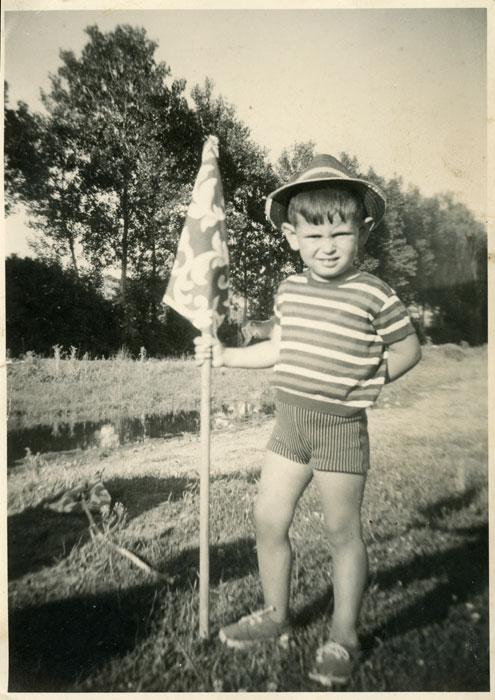 El hijo mayor de Pilar Sandoval en el soto de Ambasaguas de Curueño con una bandera para aquedar las vacas
