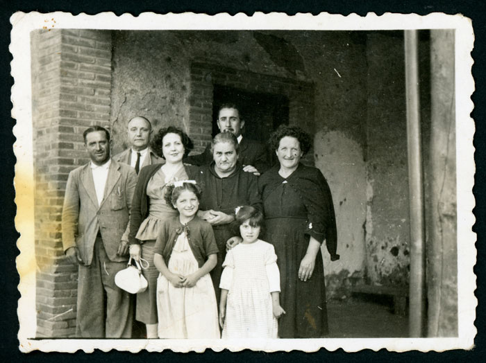 El ingeniero don Augusto junto con algunos habitantes de Castro del Condado