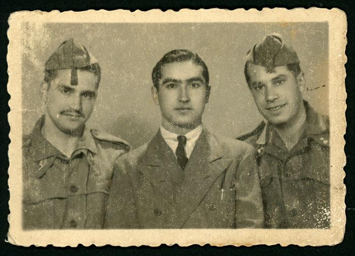 Nicasio Honrado junto con dos compañeros durante el servicio militar en África.