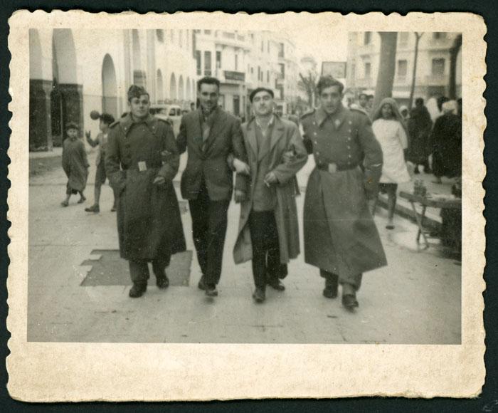 Nicasio Honrado paseando junto a otros compañeros durante el servicio militar en África