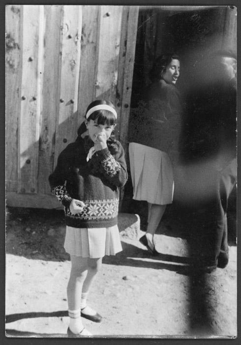 Inmaculada Fernández y Brígida Viejo en la puerta de la casa familiar en Devesa de Curueño