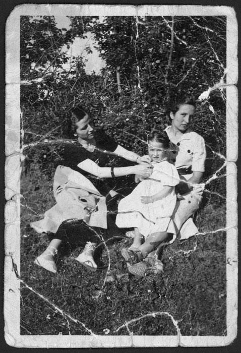 Modesta Gago, Brígida Gago e Inmaculada Fernández en una huerta