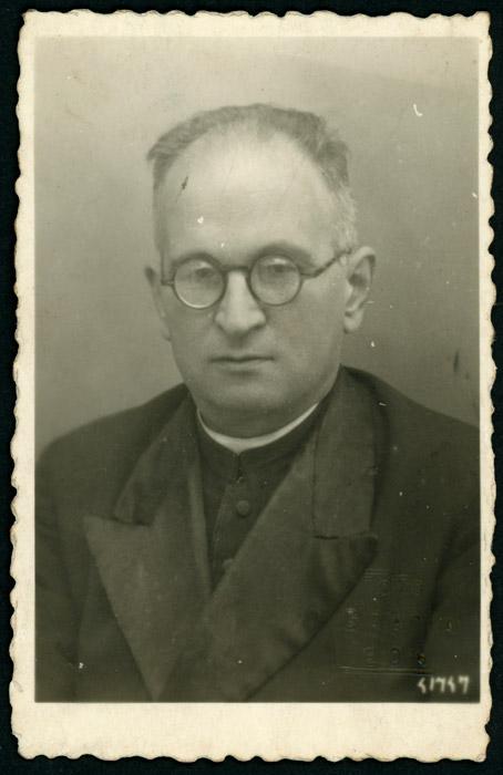 Fotografía de identificación del sacerdote Ambrosio González