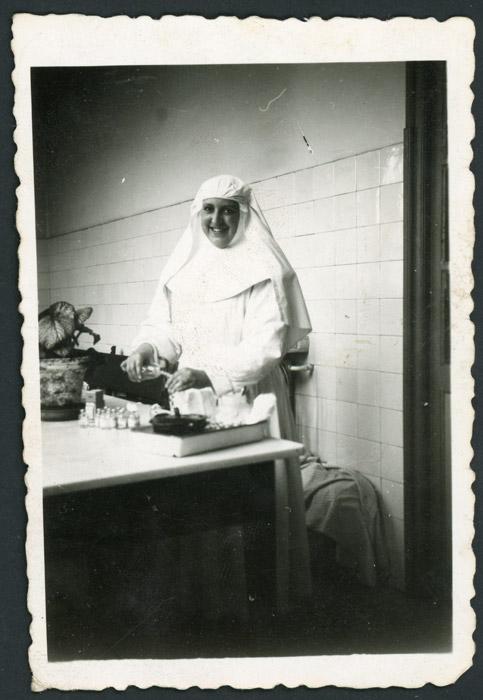 Angelina Viejo, monja enfermera, en una clínica en Francia.