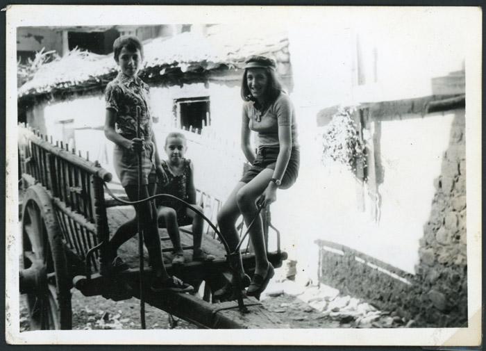 Brígida, Alicia y Lucio Viejo subidos en un carro en el corral de la casa familiar de Devesa de Curueño