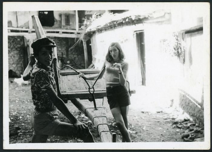 Brígida y Lucio Viejo junto a un carro en el corral de la casa familiar de Devesa de Curueño
