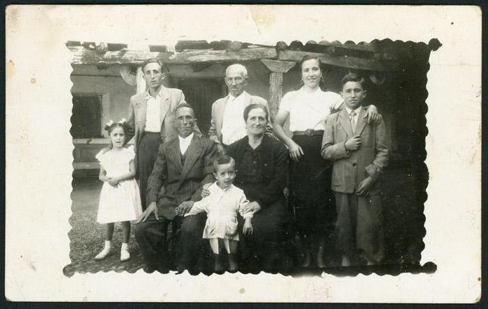 Familia Fernández Gago en el corral de la casa familiar de Devesa de Curueño