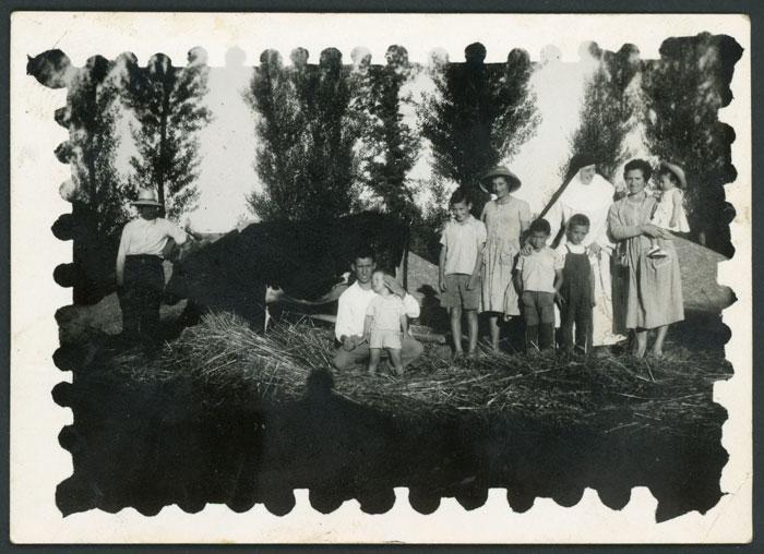 Guillermo Viejo con la familia en la era durante la trilla en Devesa de Curueño II