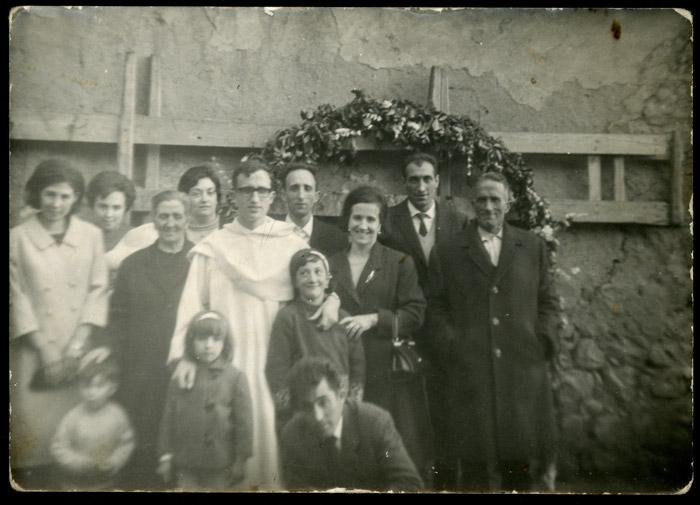 Ismael Fernández junto a su familia en la celebración de la misa nueva en Devesa de Curueño