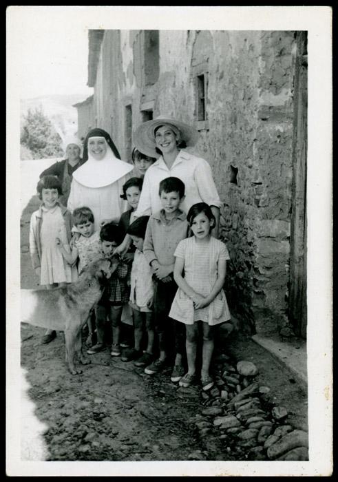 Ludi y Angelina Viejo con varios niños y niñas en Devesa de Curueño