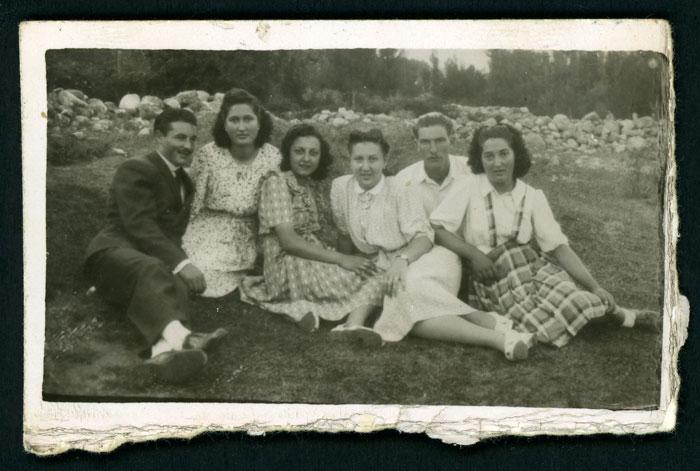 El padre de Mª Rosa Martínez (Nena) con otros jóvenes junto al río Curueño