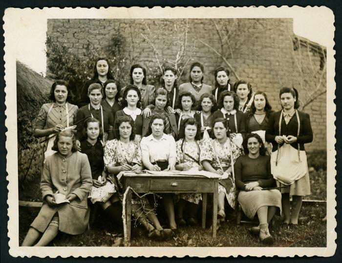 Grupo de mujeres aprendices de costura en Ambasaguas de Curueño