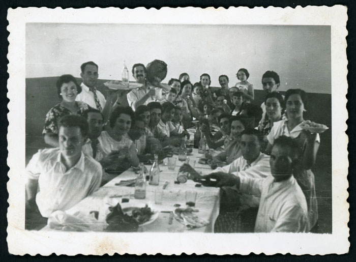 Comida en casa de la abuela de Mª Rosa Martínez (Nena) el día de la fiesta en Barrio de Nuestra Señora