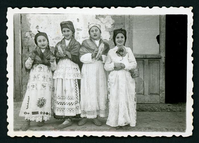 Cuatro niñas vestidas de trajes regionales