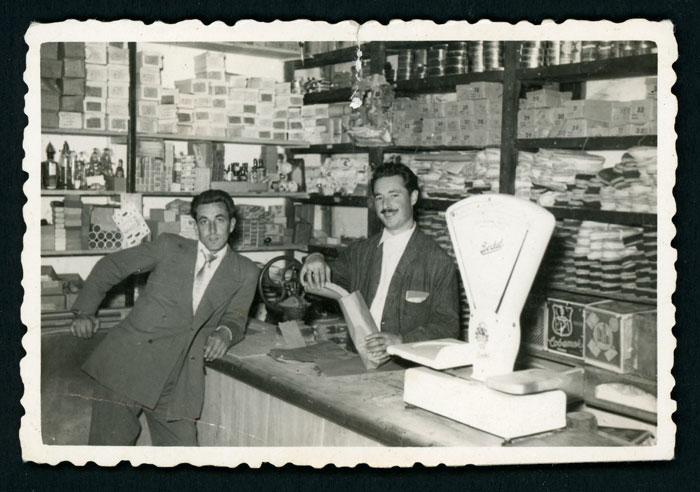 El padre de Mª Rosa Martínez (Nena) en la tienda de Barrio de Nuestra Señora