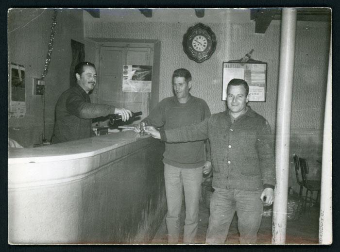 El padre de Mª Rosa Martínez (Nena) en el  bar de Barrio de Nuestra Señora