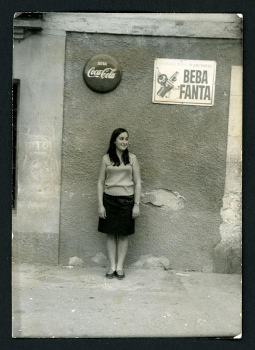 Mª Rosa Martínez (Nena) delante del bar familiar en Barrio de Nuestra Señora