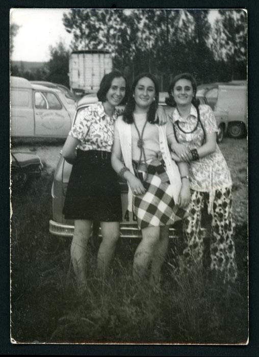 Mª Rosa Martínez (Nena) junto a su hermana y una amiga en el exterior de la sala de fiestas Las Vegas en Barrio de Nuestra Señora