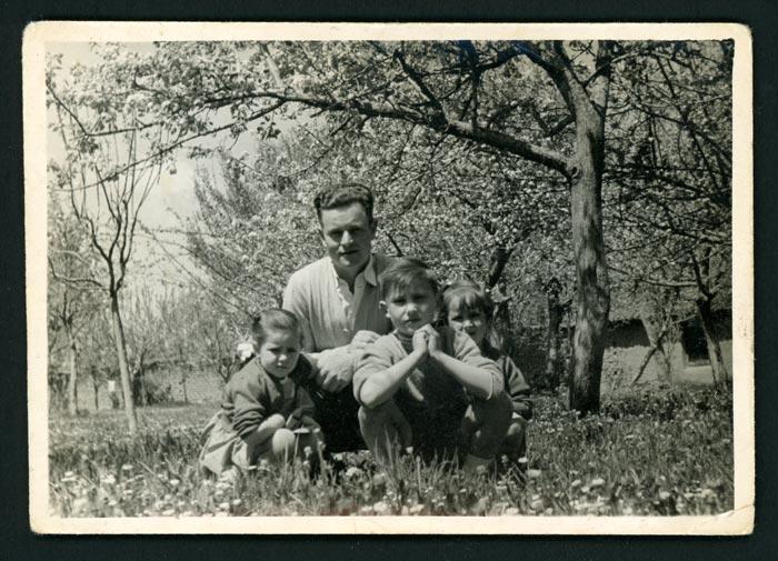 Mª Rosa Martínez (Nena) junto a sus hermanos y un tío en la huerta de la abuela en Barrio de Nuestra Señora