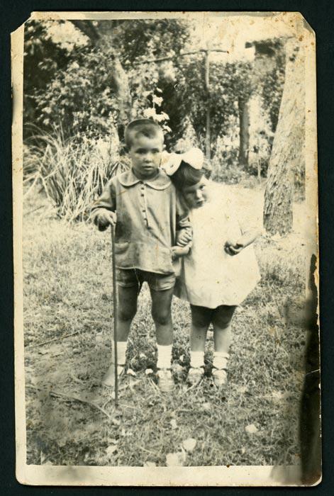 El padre y la tía de Mª Rosa Martínez (Nena) en la huerta familiar de Barrio de Nuestra Señora