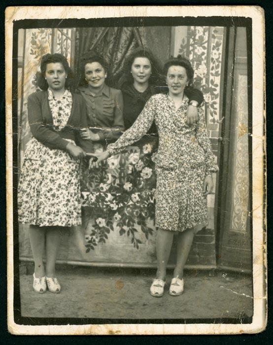 Grupo de chicas posando en Ambasaguas de Curueño