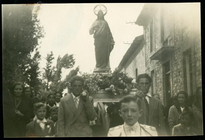 Llevando en andas la imagen del Sagrado Corazón en una procesión en Ambasaguas de Curueño