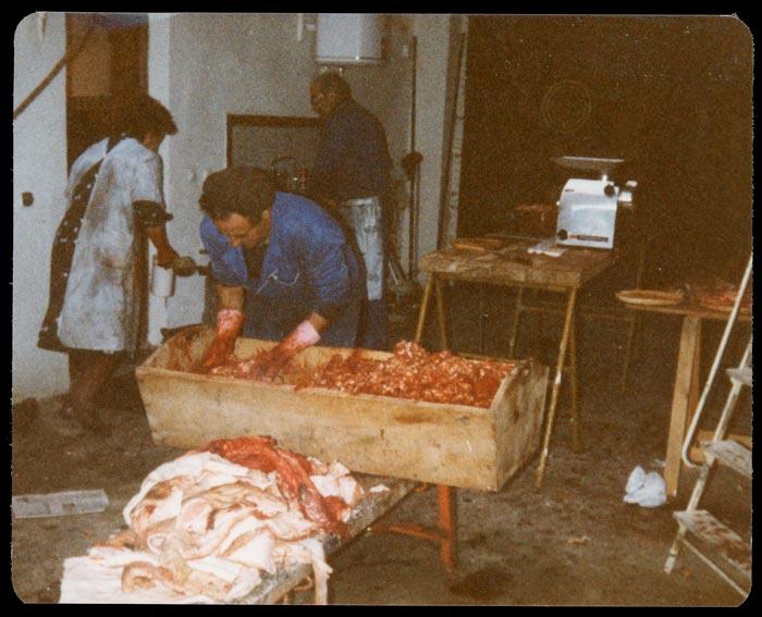 Amador haciendo el adobo en la matanza en Ambasaguas de Curueño