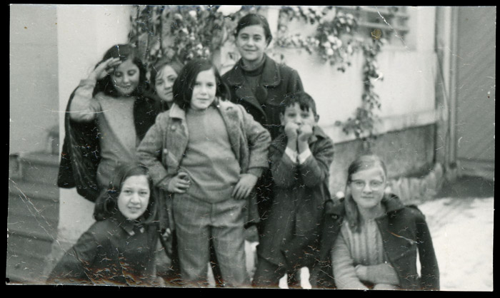 Grupo de niñas y un niño en la casa del médico de Ambasaguas de Curueño
