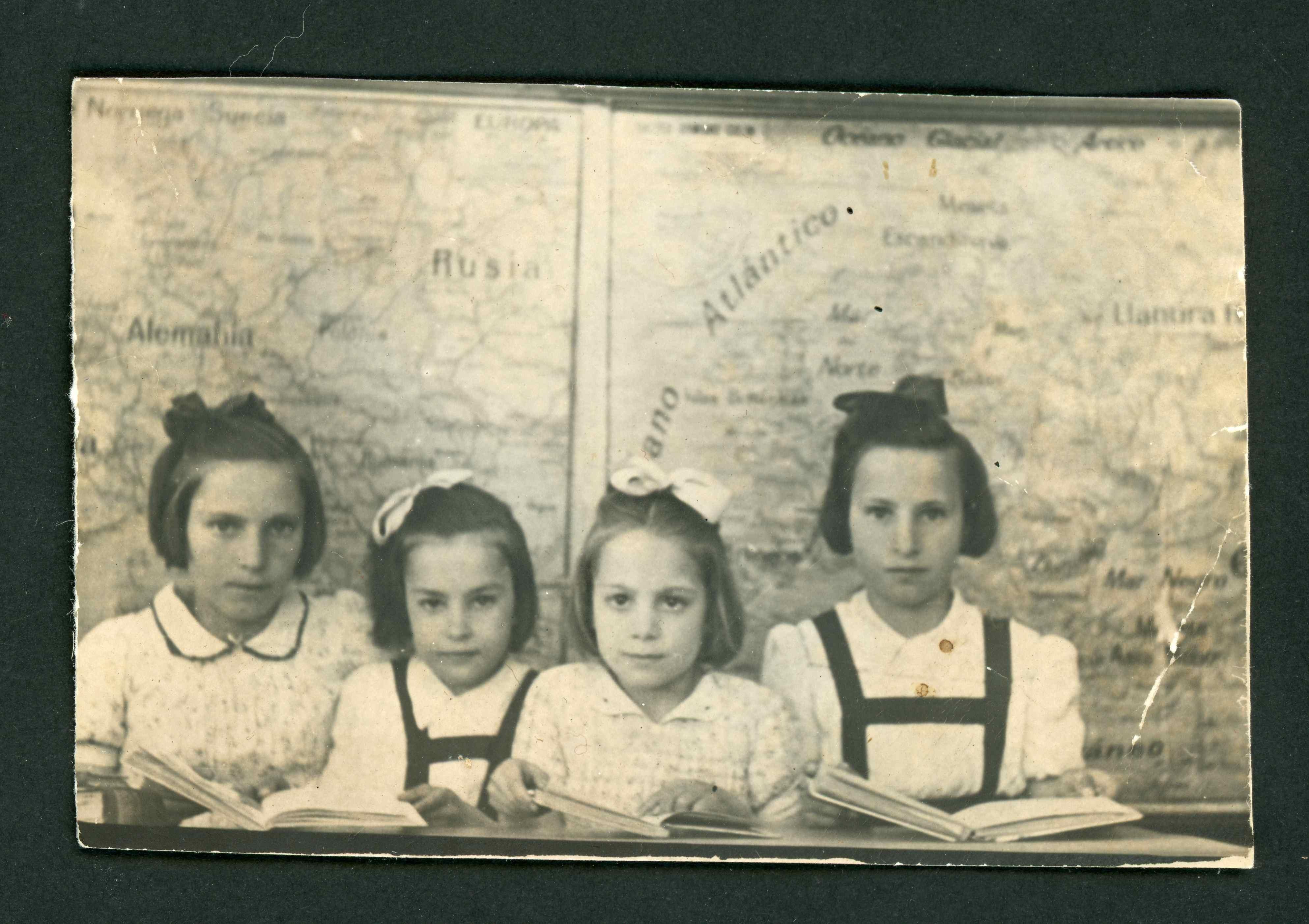 Ana Mari González junto con sus tres hermanas en la escuela de Barrillos de Curueño