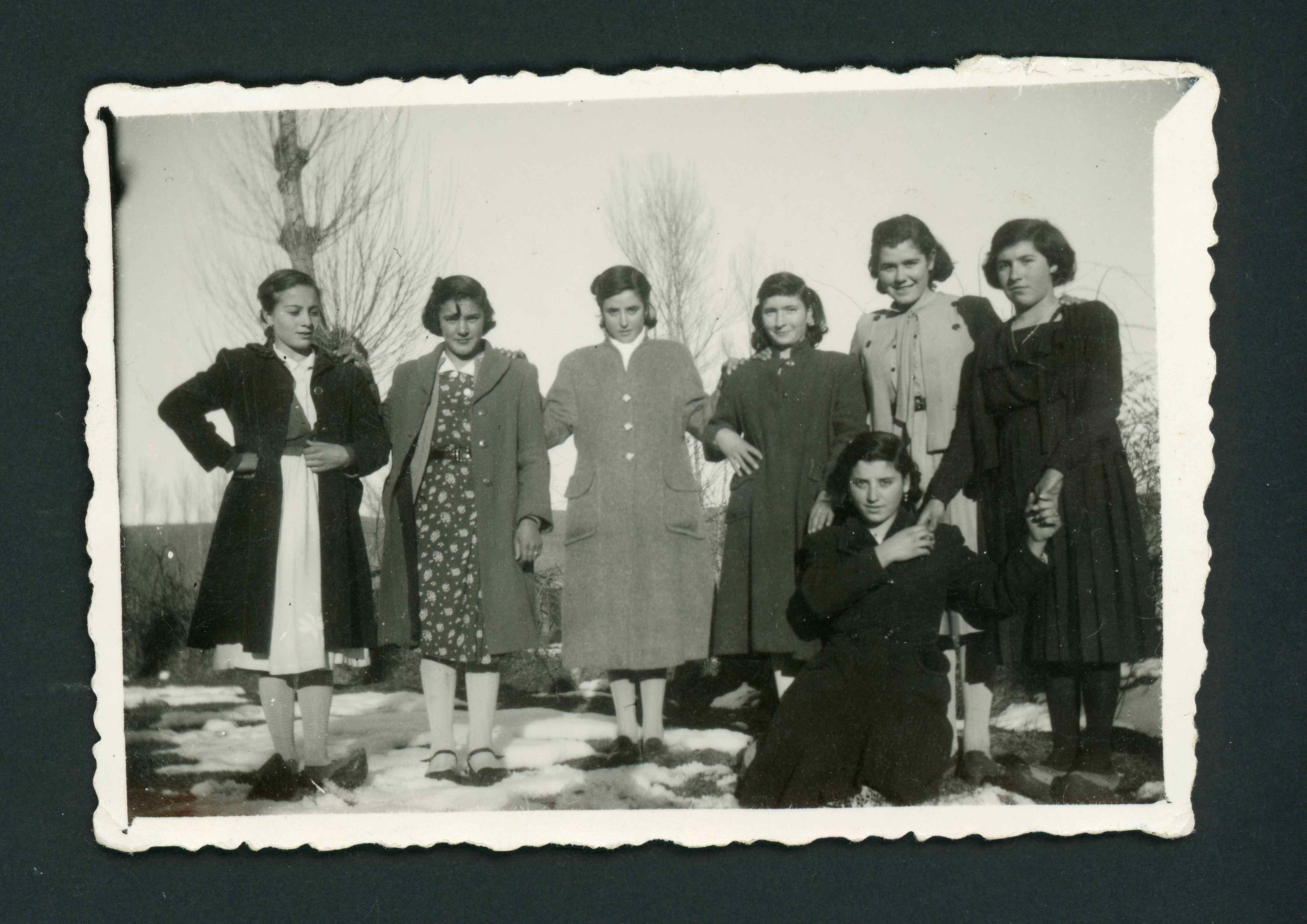 Ana Mari González junto a varias amigas sobre la nieve en Barrillos de Curueño