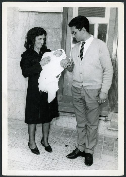 Germán García y su madre Lilia López con Ana García en brazos el día de su bautizo en Bilbao